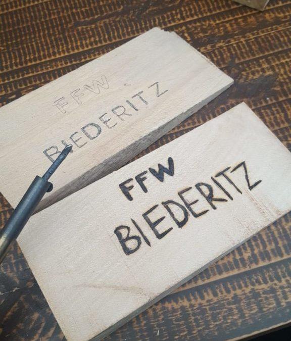 Übergabe Holzkeile FFW Biederitz